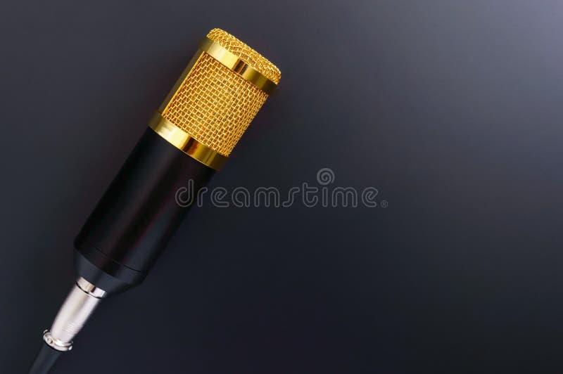 Mooie gouden microfoon op een zwarte achtergrond, exemplaarruimte royalty-vrije stock foto's