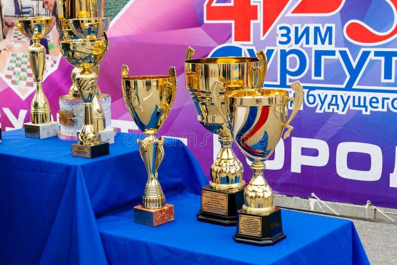 Mooie Gouden sportentrofeeën op het podium royalty-vrije stock afbeelding