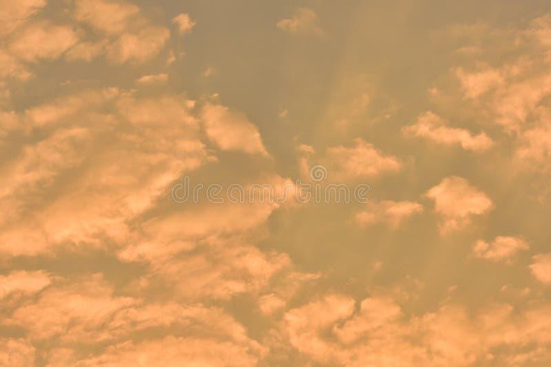Mooie gouden wolken in de zonsondergang royalty-vrije stock foto's