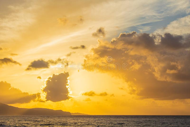 Mooie gouden zonsopgang in de haven van Ponta Delgada, Sao Miguel Island, Azoren, Portugal stock foto