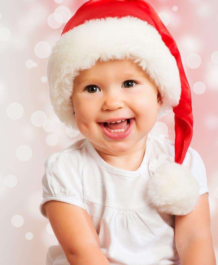Mooie grappige baby in een Kerstmishoed op roze royalty-vrije stock foto's
