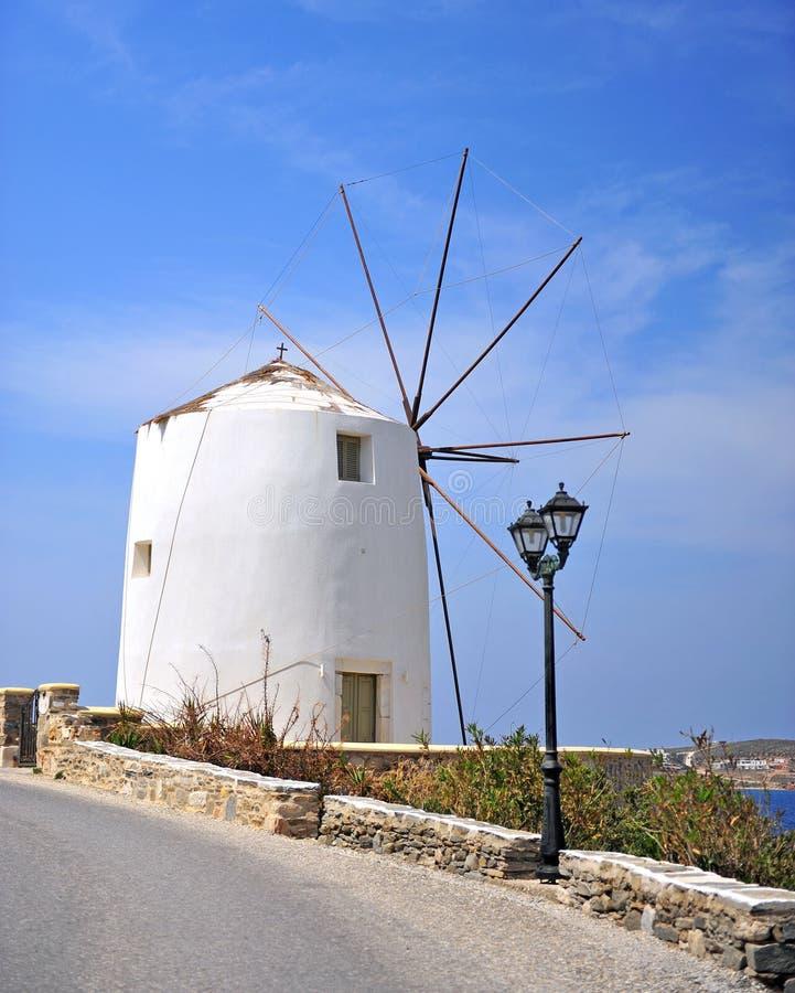 Mooie Griekse windmolen op Paros-eiland stock afbeelding