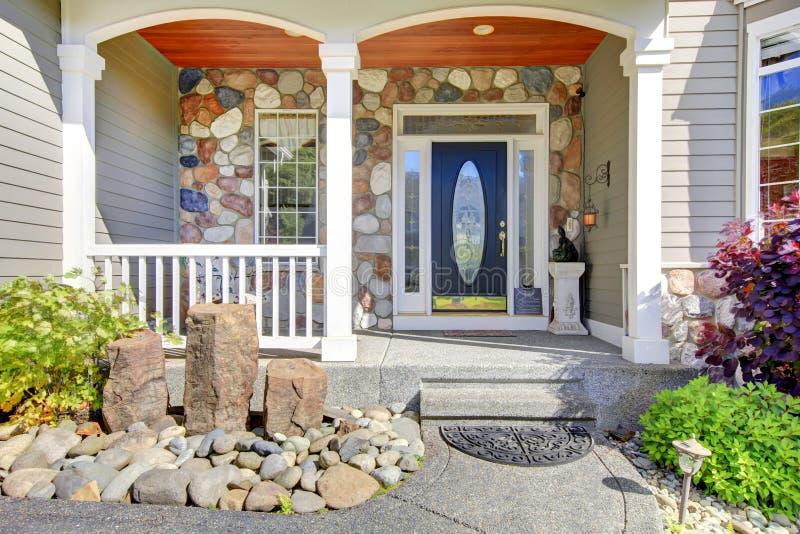 Mooie grijze nieuwe klassieke huisingang buiten met natuurlijke steen. royalty-vrije stock foto's
