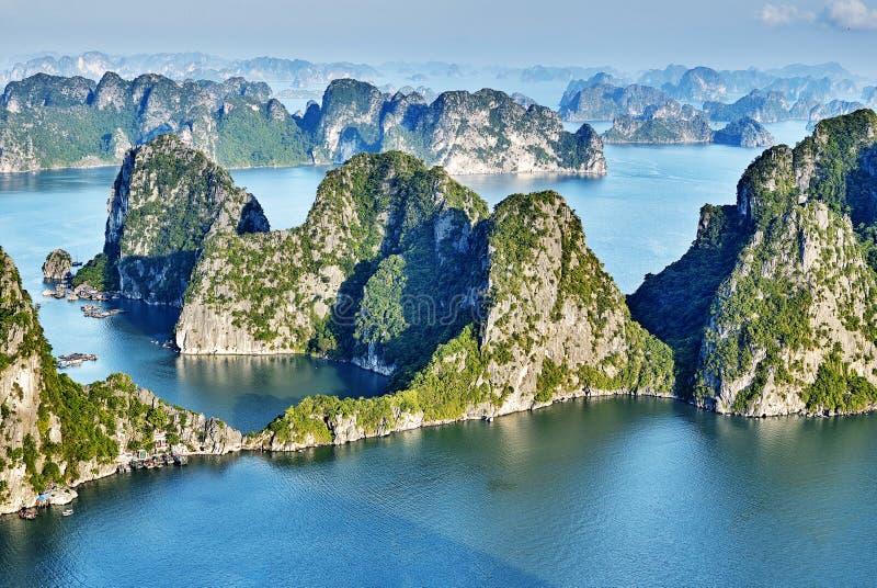 Mooie groene kalksteenbergen in halon baai royalty-vrije stock afbeelding
