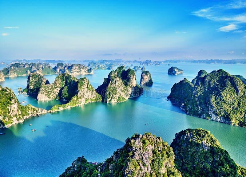 Mooie groene kalksteenbergen in halon baai stock foto