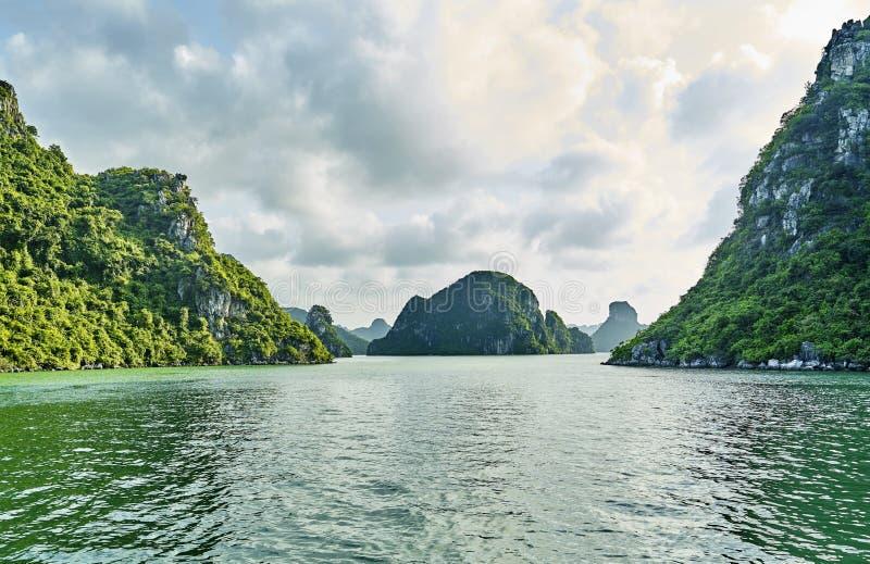 Mooie groene kalksteenbergen in halon baai stock afbeeldingen