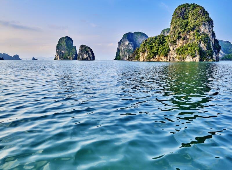 Mooie groene kalksteenbergen in halon baai royalty-vrije stock fotografie