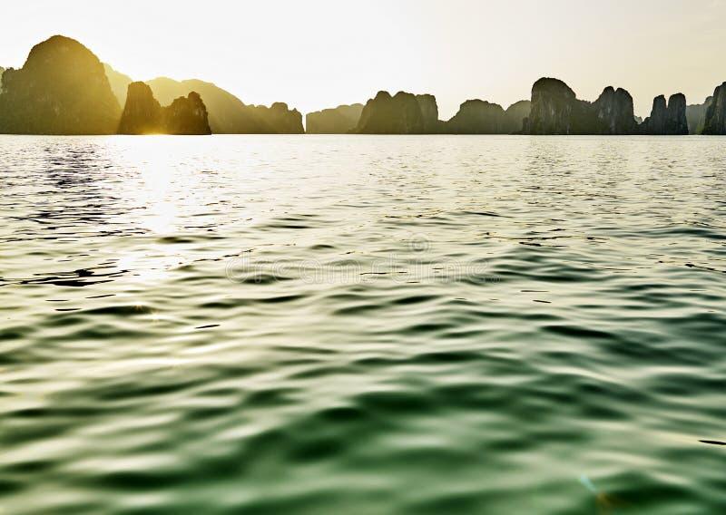 Mooie groene kalksteenbergen in halon baai stock afbeelding