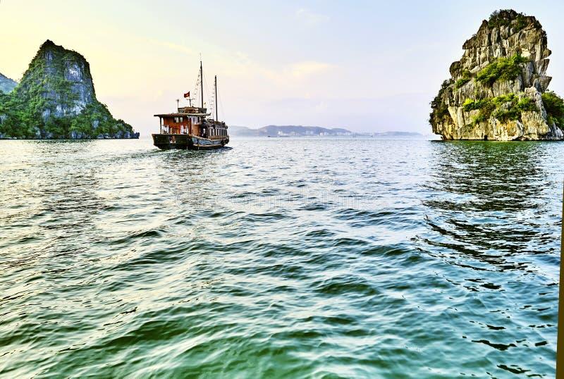 Mooie groene kalksteenbergen in halon baai royalty-vrije stock foto