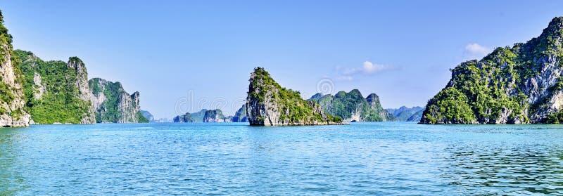 Mooie groene kalksteenbergen in halon baai stock foto's