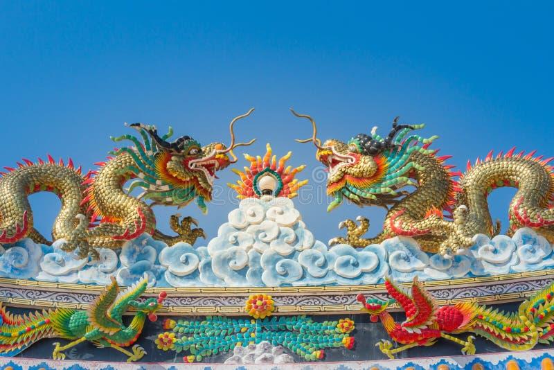 Mooie grote grimasdraken die op het decoratieve tegeldak kruipen in Chinese tempels Kleurrijk dakdetail van traditionele Ruggegra stock afbeelding