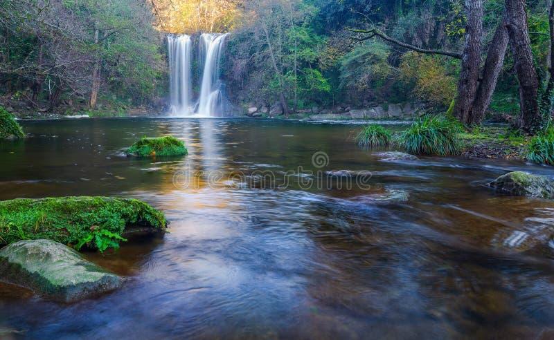 Mooie grote waterval in Spanje in Catalonië, dichtbij het kleine dorp Les Planes DE Hostoles stock afbeelding