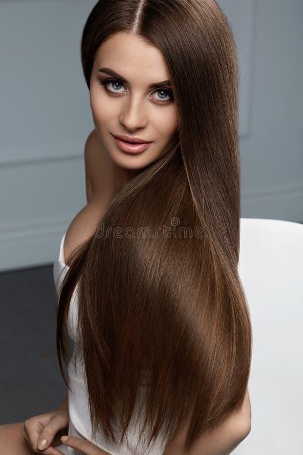 Mooie Haarkleur Vrouw met Glanzend Recht Bruin Lang Haar royalty-vrije stock foto