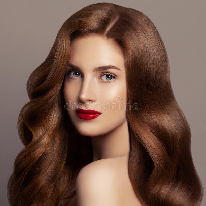 Mooie Haarvrouw Vrouwelijk modelmeisje met lang rood krullend haar Het Portret van de roodharigevrouw royalty-vrije stock afbeeldingen