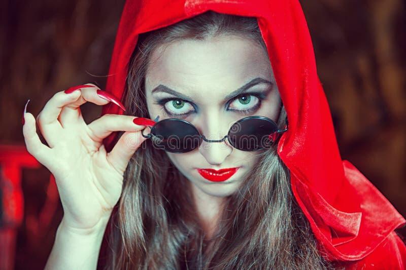 Mooie Halloween-vrouw in zwarte glazen royalty-vrije stock fotografie