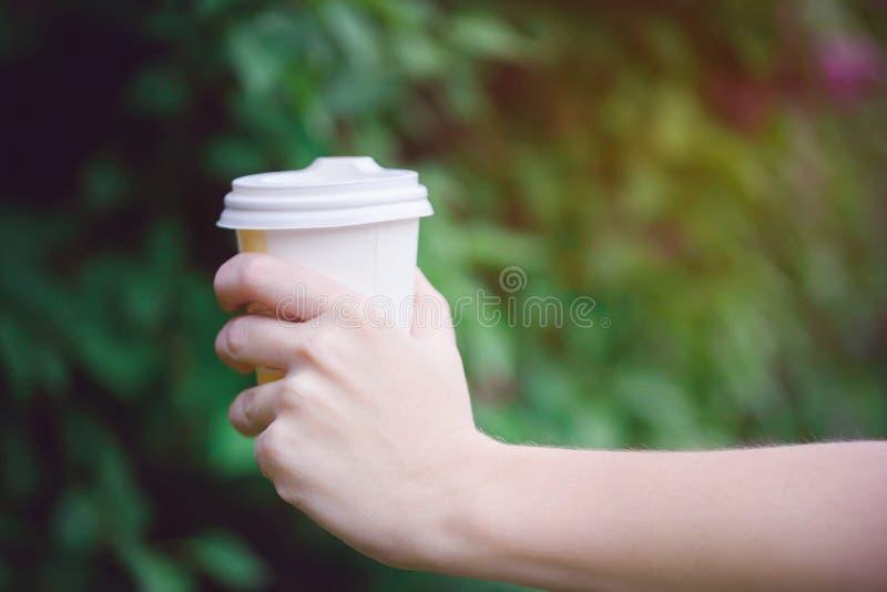Mooie hand met een voorraad van aromatische koffie stock afbeeldingen
