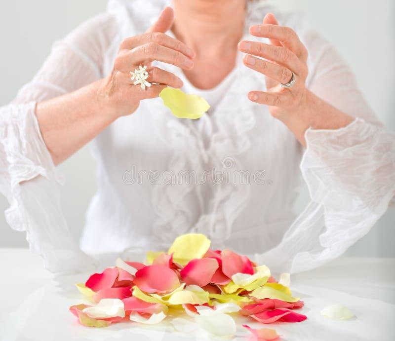 Mooie hand met perfecte Franse manicure op behandeld spijkershol royalty-vrije stock afbeeldingen