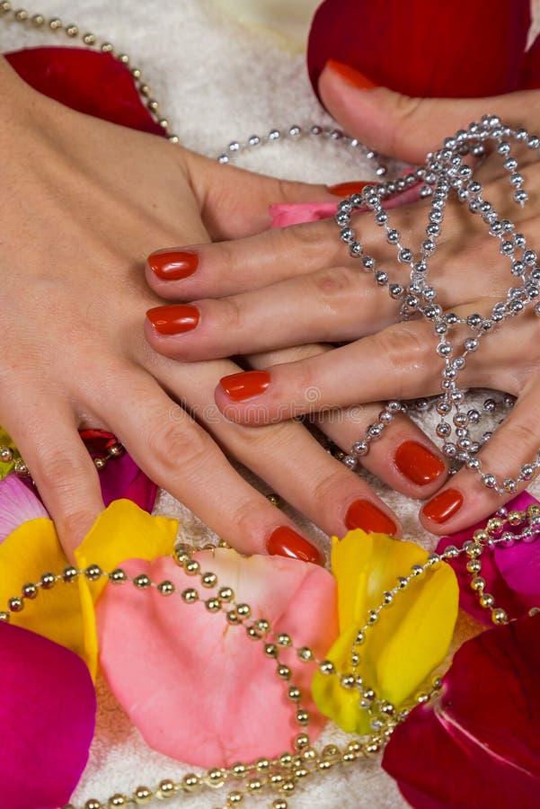 Mooie handen met een aardige manicure royalty-vrije stock fotografie
