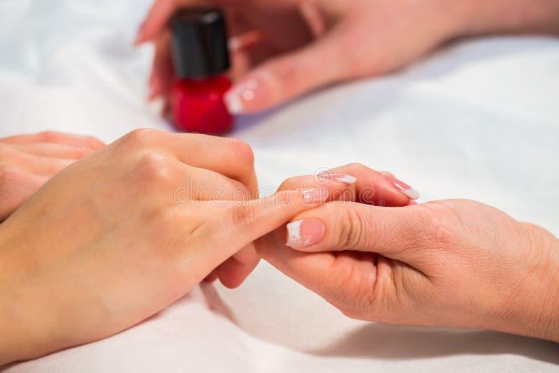 Mooie handen met een aardige manicure royalty-vrije stock foto's