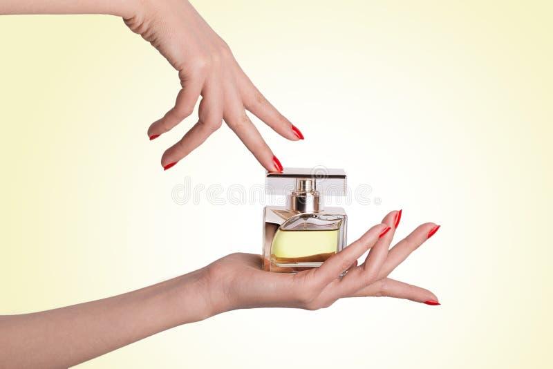Mooie Handen van Vrouwelijke Holding en wat betreft een Glasparfum B royalty-vrije stock afbeelding