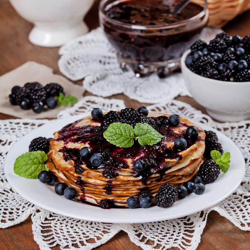 Mooie heerlijke pannekoeken met braambes stock fotografie