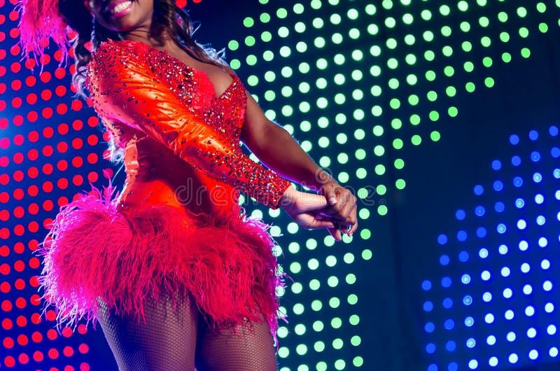 Mooie heldere kleurrijke verlichte het stadiumachtergrond van Carnaval kostuum Van de heupencarnaval van de sambadanser van de he royalty-vrije stock fotografie