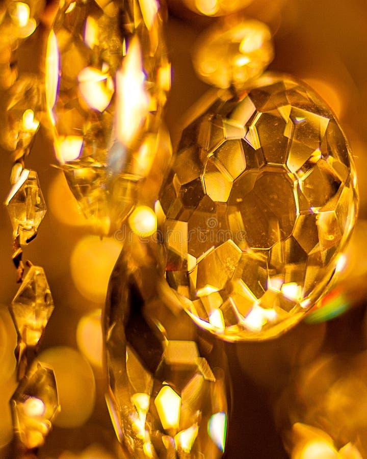 Mooie, heldere kroonluchter, veel grote kleurrijke kristallen Bosjes van licht in de kroonluchter die op het plafond hangen royalty-vrije stock foto's