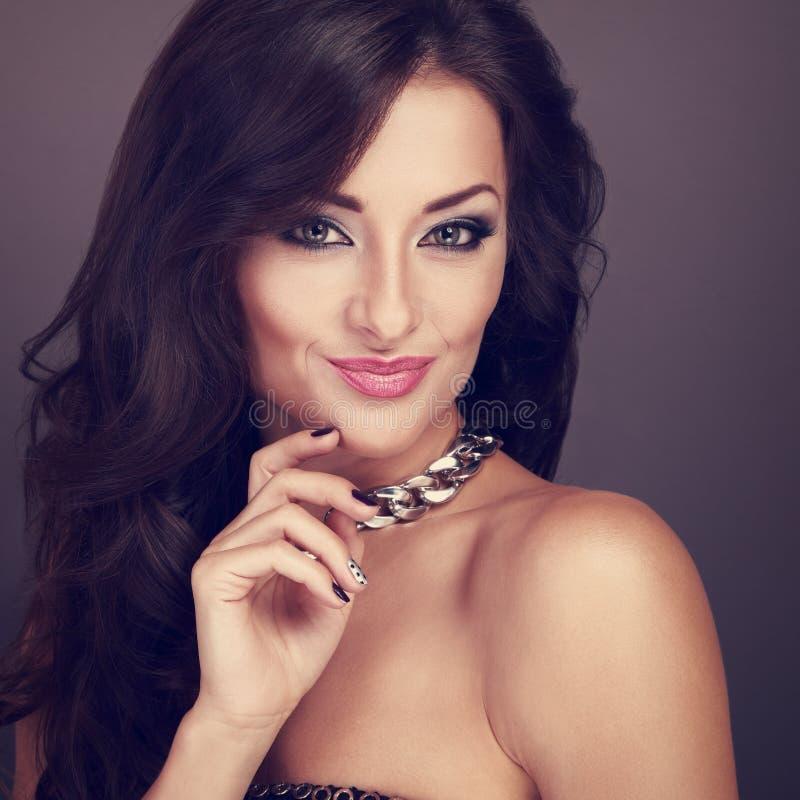 Mooie heldere make-upvrouw in manierhalsband met krullende lon stock afbeeldingen