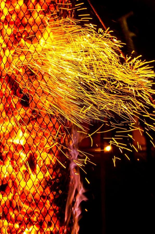Mooie heldere rode en gele brandvonken die met de wind vliegen royalty-vrije stock foto