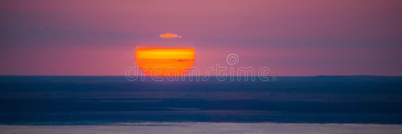 Mooie heldere rode zonsondergang over het meer royalty-vrije stock afbeeldingen
