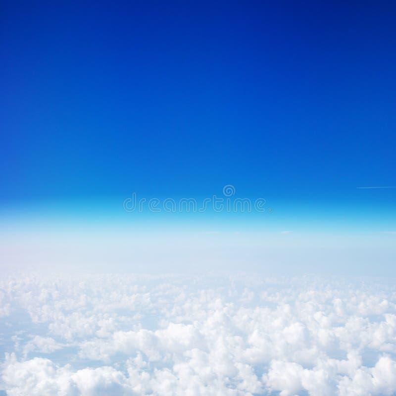 Mooie Hemel boven de wolken Mening van het vliegtuigvenster met blauwe hemel en pluizige wolken stock afbeeldingen