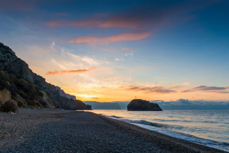 Mooie hemel in de vroege ochtend boven het strand stock foto