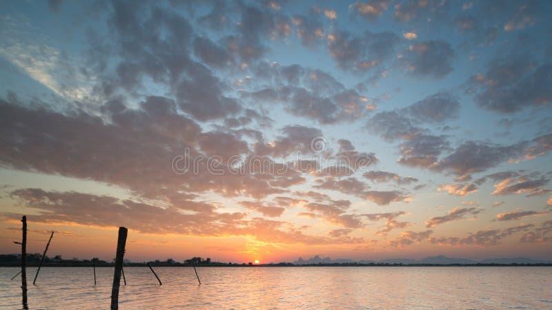 Mooie hemel en de zonreeksen over het oranje Kreekreservoir stock foto