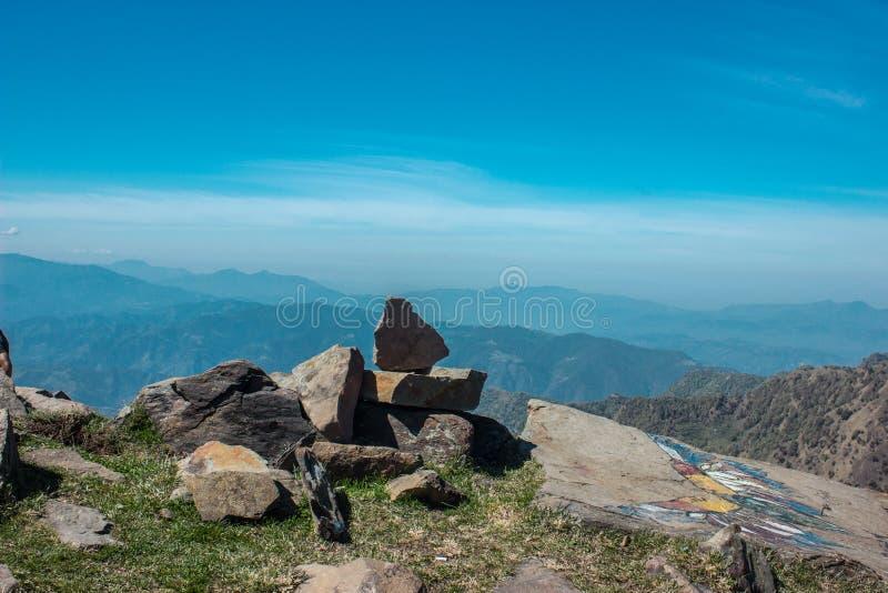 Mooie hemel en evenwichtige rotsen boven bergen arial spruit royalty-vrije stock foto