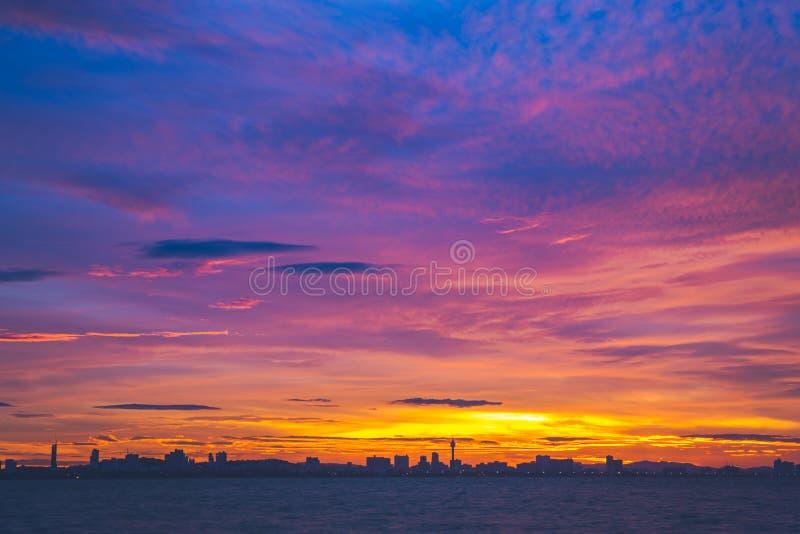 Mooie hemel en overzees bij zonsondergang Koh Larn, Pattaya Thailand stock foto's