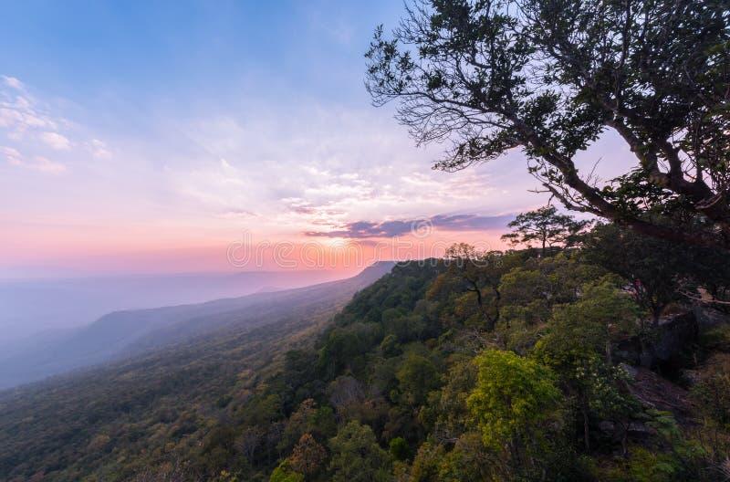 Mooie hemel en zonsondergang in Pha Mak Duk Cliff royalty-vrije stock foto's