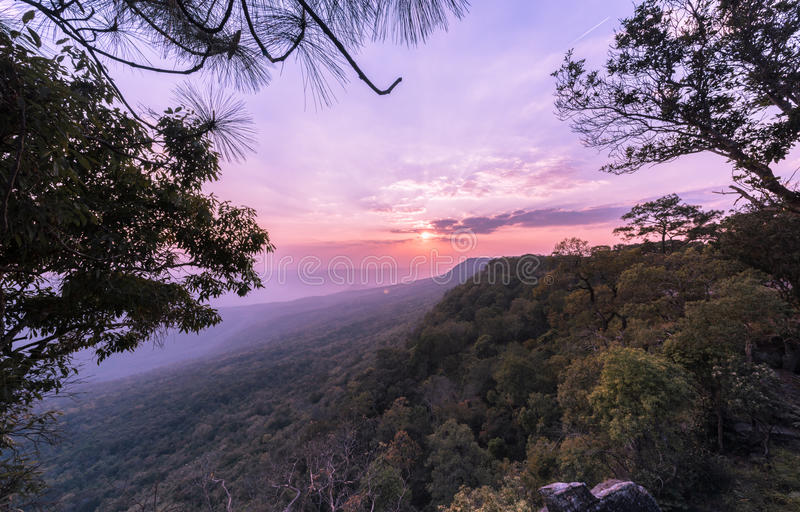 Mooie hemel en zonsondergang in Pha Mak Duk Cliff stock afbeelding