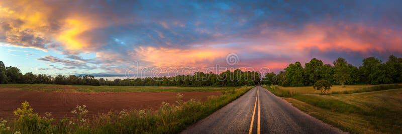 Mooie hemel met landweg stock afbeeldingen