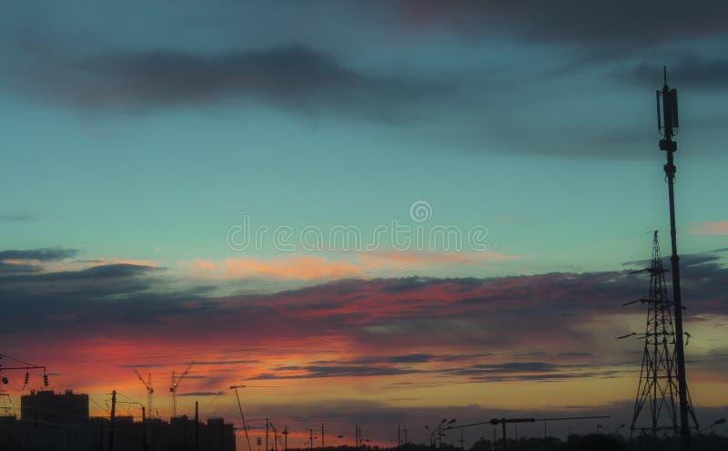 Mooie hemel met regenwolken over stadsachtergrond stock afbeeldingen