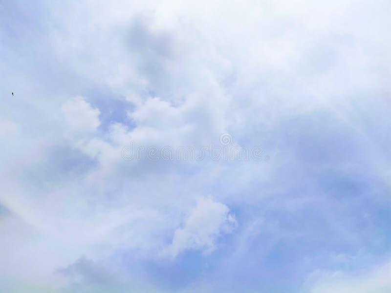 Mooie hemel met witte wolk stock foto