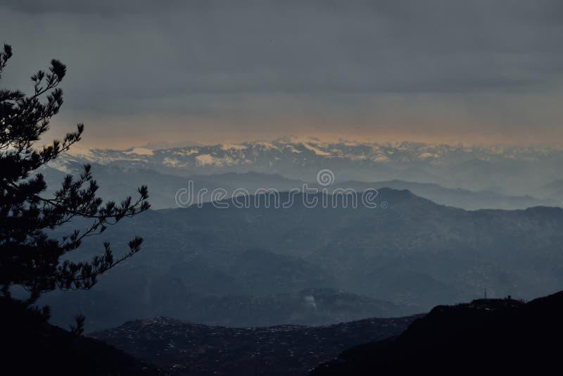 Mooie hemel met wolken over sneeuwbergen royalty-vrije stock afbeelding