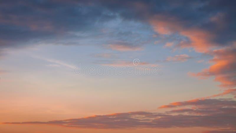 Mooie hemel in schemeringtijd royalty-vrije stock afbeeldingen