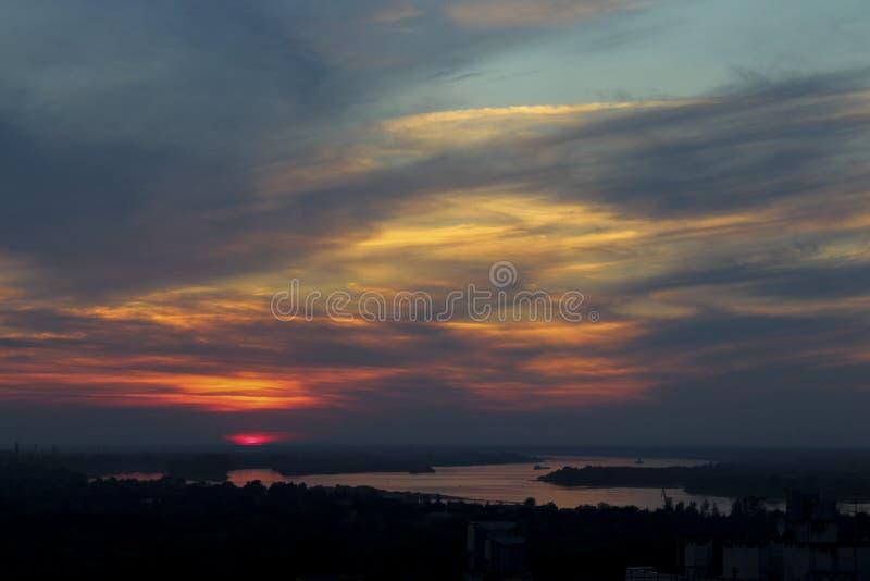 Mooie hemel tegen een achtergrond van zonsondergang over de rivier stock afbeelding