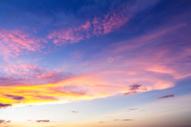 Mooie hemel van zonsondergangtijd stock afbeelding