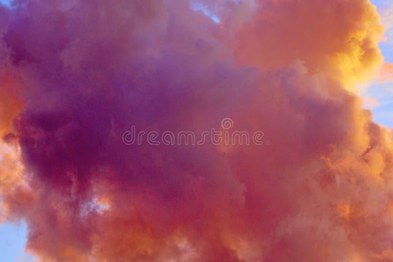 Mooie hemelachtergrond met roze gekleurde wolk stock afbeeldingen