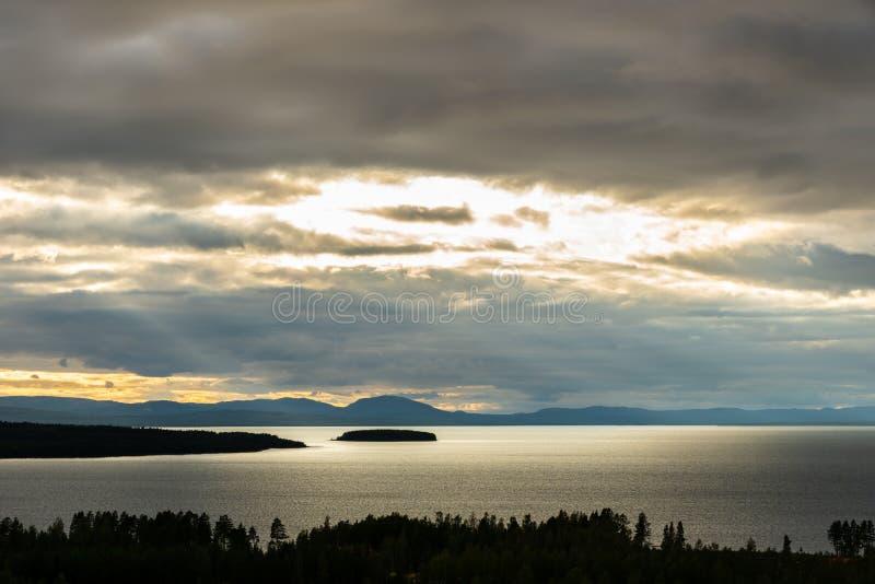 Mooie herfstzonsondergang, kijk op het meer Siljan in Dalarna Zweden Bossen, water en land op de voorgrond stock foto