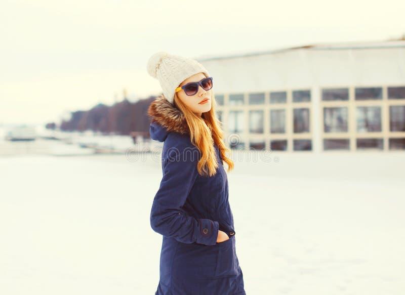 Mooie het blondevrouw die van de manierwinter de zonnebril van een jasjehoed dragen royalty-vrije stock fotografie