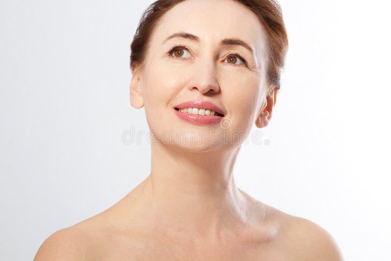 Mooie het gezichts dichte omhooggaand van de middenleeftijdsvrouw geïsoleerd op wit Collageen en gezichtsinjecties Plastische chi stock afbeeldingen