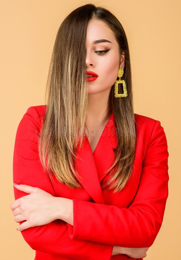 Mooie het gezichts rode lippen van de vrouwenmake-up De betoverende oorringen van de vrouwenslijtage Kapsel en kapper Ombrehaar h royalty-vrije stock fotografie