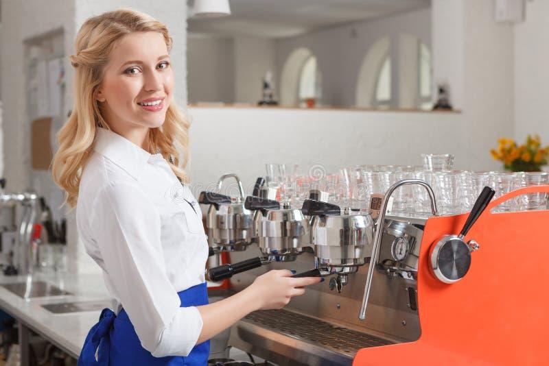 Mooie het glimlachen barista die bij koffiewinkel werken stock afbeeldingen